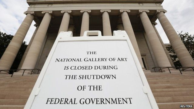 A sign to inform the visitors that the National Gallery of Art is closed in Washington