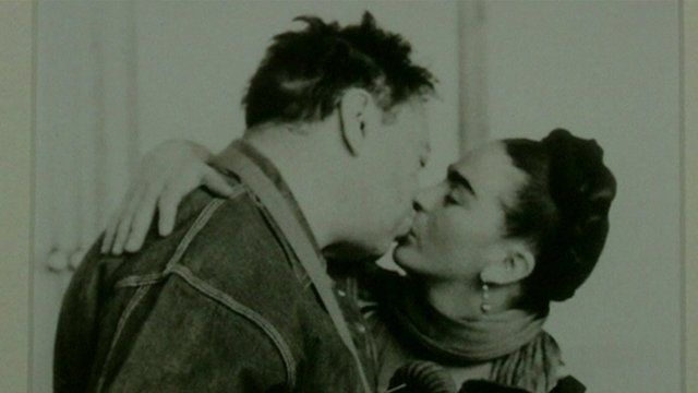 A photo of Diego Rivera and Frida Kahlo kissing