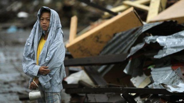 Typhoon Haiyan: Ships head to Philippines amid devastation