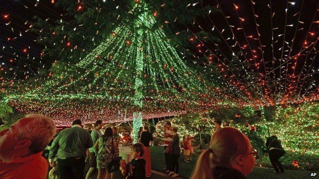 Media player Canopy of Christmas lights - Australian Family Sets Christmas Lights World Record - BBC News