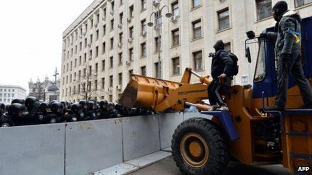 Clashes amid huge Ukraine protest against U-turn on EU