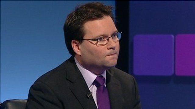 Gohebydd Iechyd y BBC Owain Clarke yn torri'r newyddion