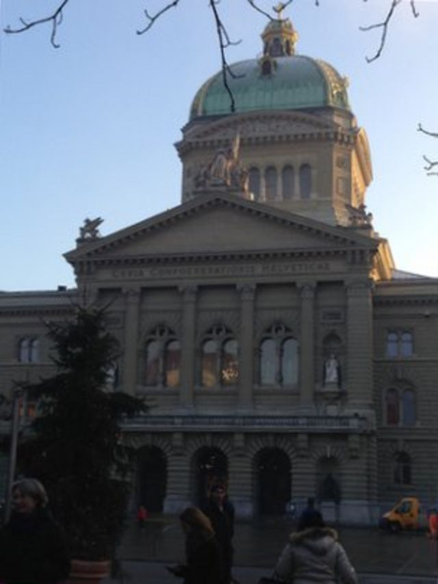 Swiss to vote on incomes for all - working or not