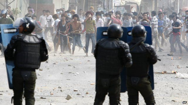 Cambodia garment workers throw stones at riot police