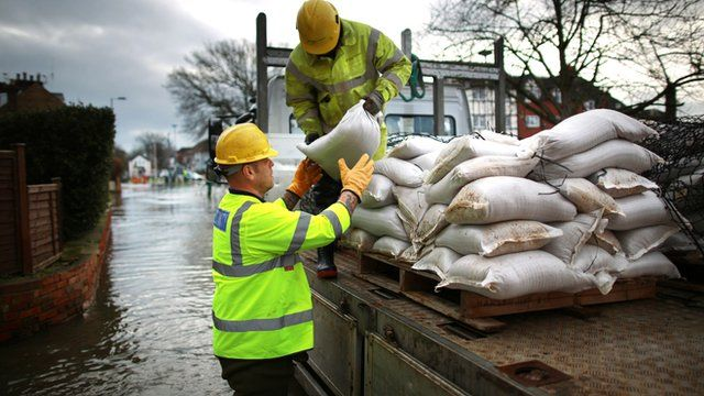 River Thames floods west of London threatening thousands of homes