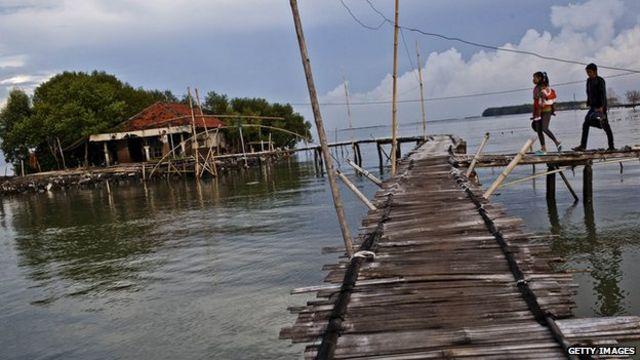 Indonesia: Rising sea 'threatens 1,500 islands'