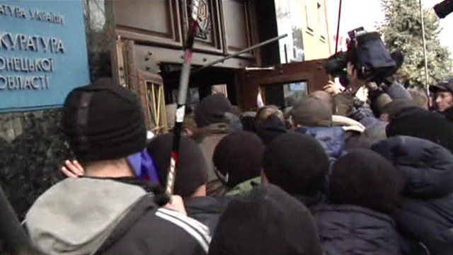 Pro-Russian protesters storm the prosecutor's office