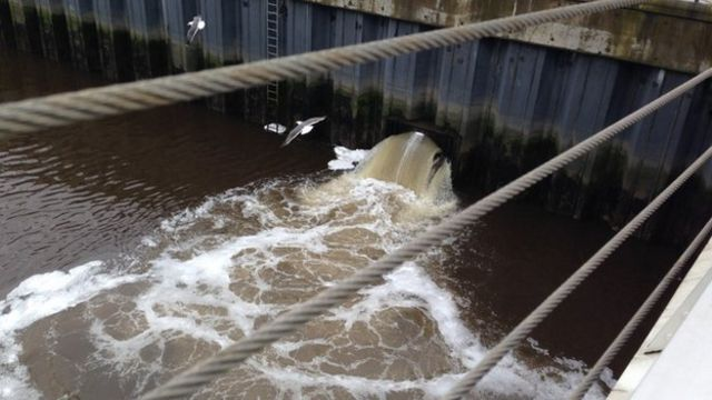 River Clyde foam investigated by environment agency