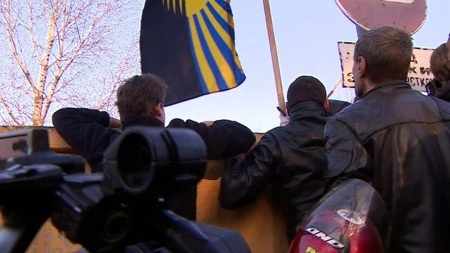 Mob tracks Ukraine troops to wall