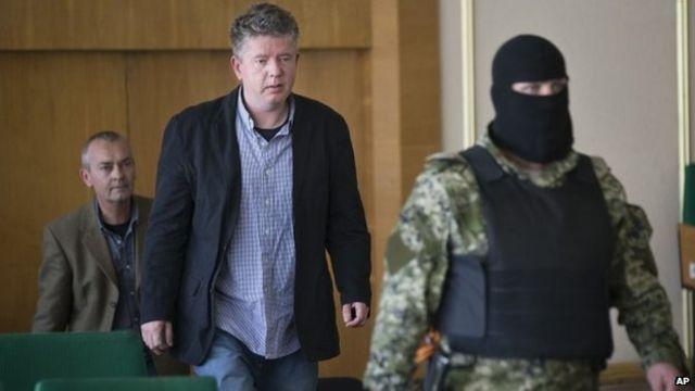 Ukraine crisis: Pro-Russian gunmen show seized monitors
