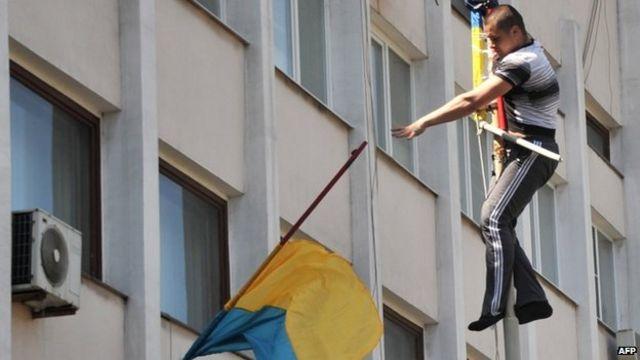 Ukraine crisis: Pro-Russians seize back Mariupol city hall