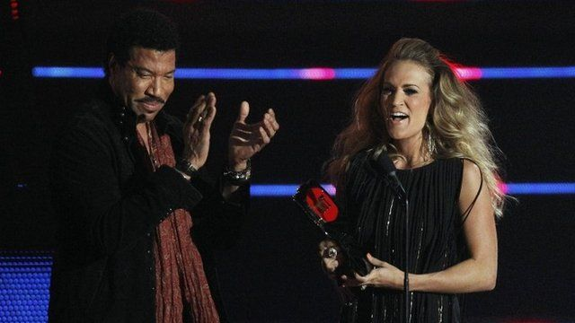 Lionel Richie presents Carrie Underwood with her award