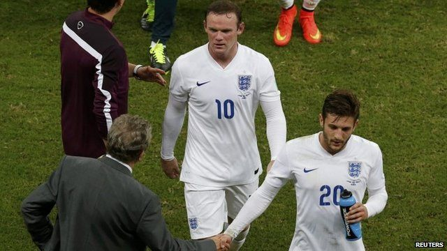 Adam Lallana (R) and Wayne Rooney leave the pitch