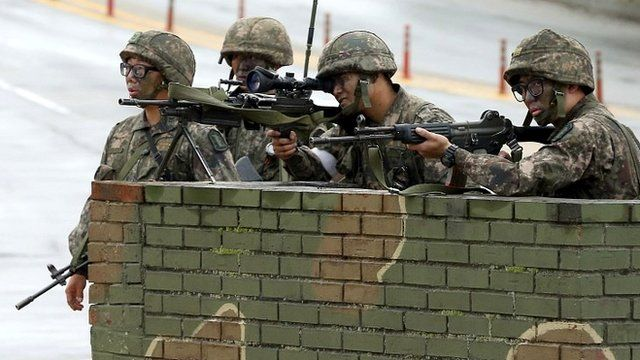 South Korean soldiers at temporary checkpoint during search for conscript who killed five members of his unit