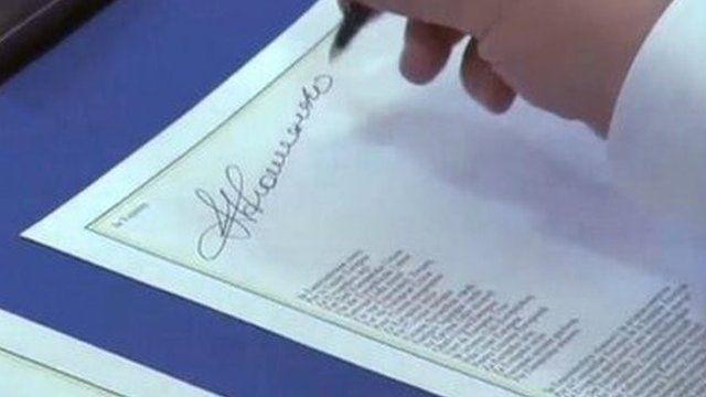 Ukrainian President Petro Poroshenko signs deal