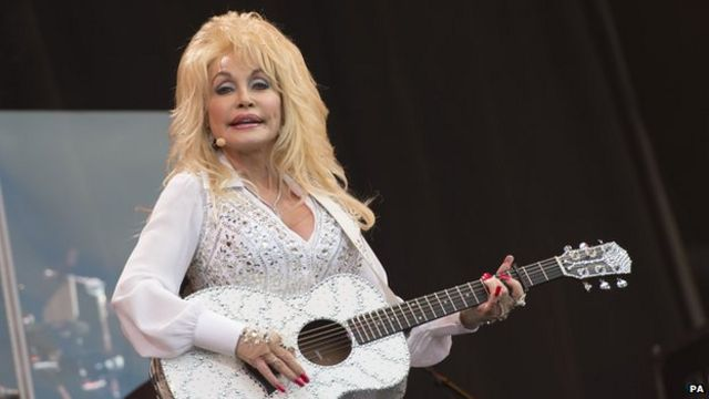 Dolly Parton draws huge crowd to Glastonbury Pyramid stage