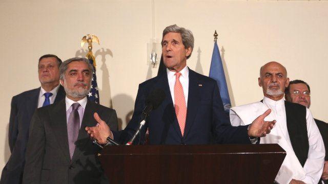 Abdullah Abdullah, John Kerry, Ashraf Ghani (l-r)