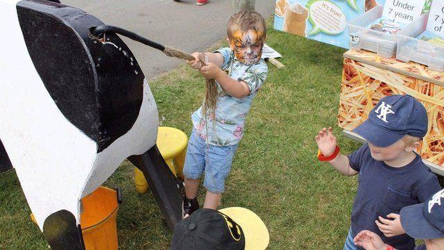 Mae Callan a'i ffrindiau wedi darganfod ffordd newydd o odro buwch! >> Callan and his friends experiment with a new method of milking!