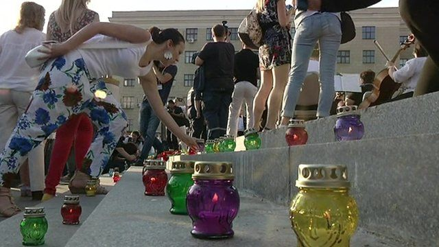 MH17 mourners leave candles