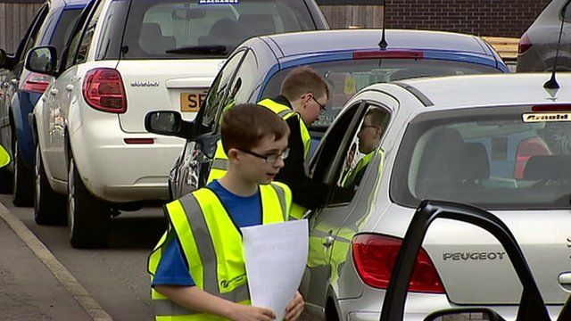 Children speaking to motorists about pollution