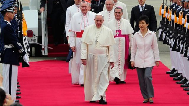 Pope Francis urges dialogue as he begins South Korea visit