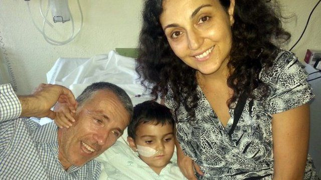 Ashya King with his father Brett and mother Naghemeh in the hospital in Malaga