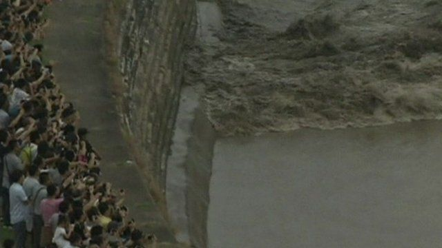 China tidal bore draws huge crowds the banks of the Qiantang River