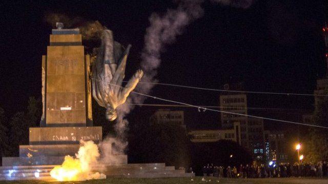 Activists dismantle Ukraine's biggest monument to Lenin at a pro-Ukrainian rally