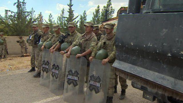 Turkish soldiers on Turkey-Syria border