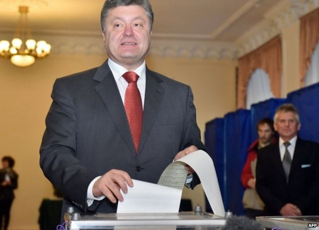 Ukraine crisis: Pro-Western blocs 'win Ukraine poll'