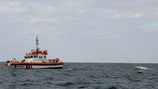 Turkish Coastal Safety boat tows capsized vessel