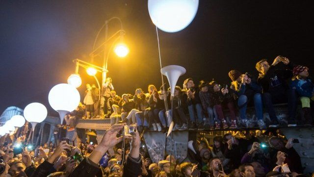 Crowds watch release of balloons