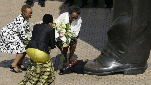 Graca Mandela lays a wreath at Mandela statue in Pretoria