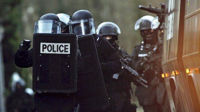 Armed police in Longpont