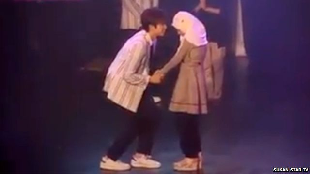 K-Pop star holds hand of young Muslim girl