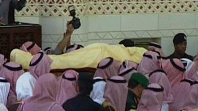 Saudi mourners carrying the body of their late King Abdullah bin Abdul Aziz