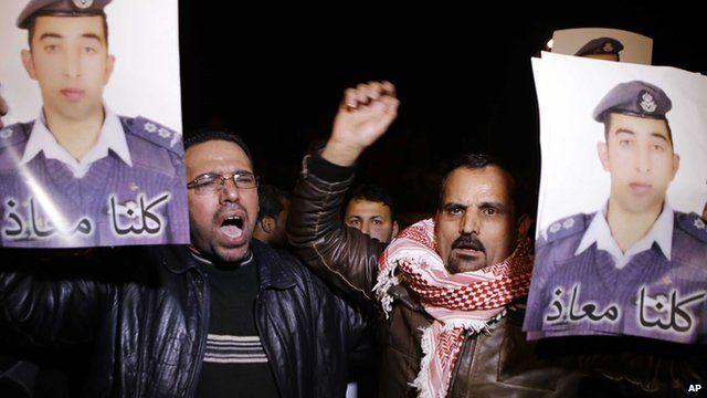 Members of the al-Kasasbeh trial join demonstration in Amman, Jordan, calling for Lt Moaz al-Kasasbeh's release (27 Jan 2015)