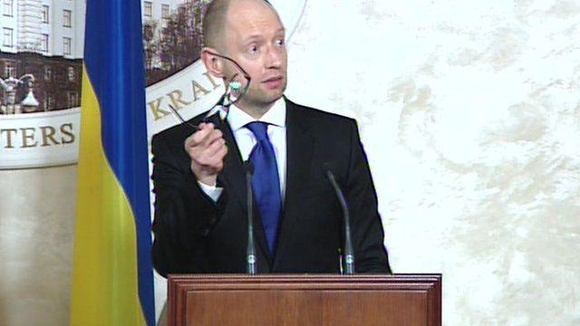 PM Arseniy Yatsenyuk offered his glasses to Putin