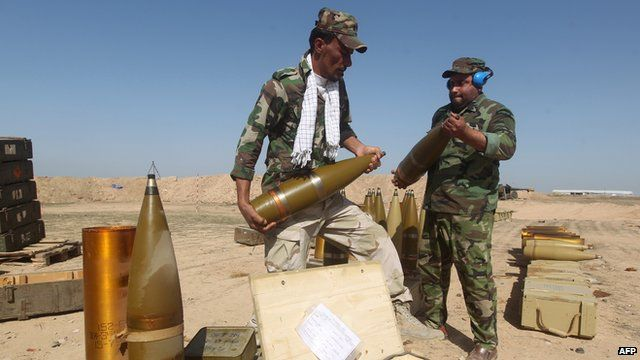 Volunteer Shiite fighter prepare a Howitzer artillery cannon in the village of Awaynat near the city of Tikrit on 28 February, 2015.