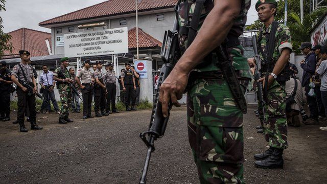 Soldiers with firearms outside a prison on the island