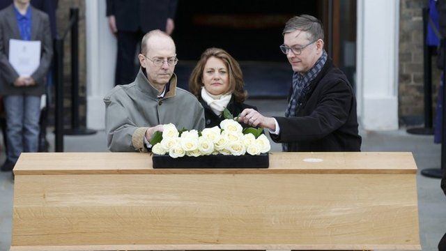 Descendants of Richard III place roses on his coffin