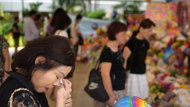 Mourners outside the Singapore hospital where former Singapore Prime Minister Lee Kuan Yew passed away