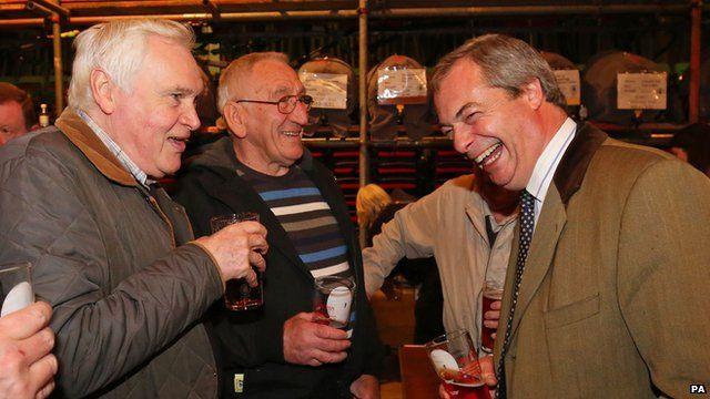 Nigel Farage (R) drinking a pint in Margate.