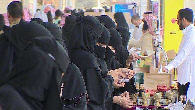 Saudi women shopping
