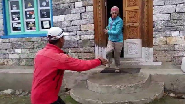 People escape house in village of Kyanjin Gompa