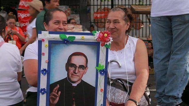 Pilgrims holding Oscar Romero picture