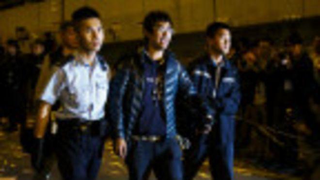 警方将香港学联秘书长周永康带走