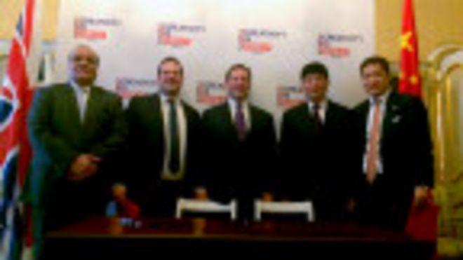 童剛(右二)和埃德·維澤(中)在倫敦蘭卡斯特宮的簽字儀式上合照(BBC中文網圖片21/10/2015)