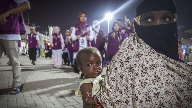 Une femme musulmane portant son enfant à la Mecque en Arabie Saoudite.