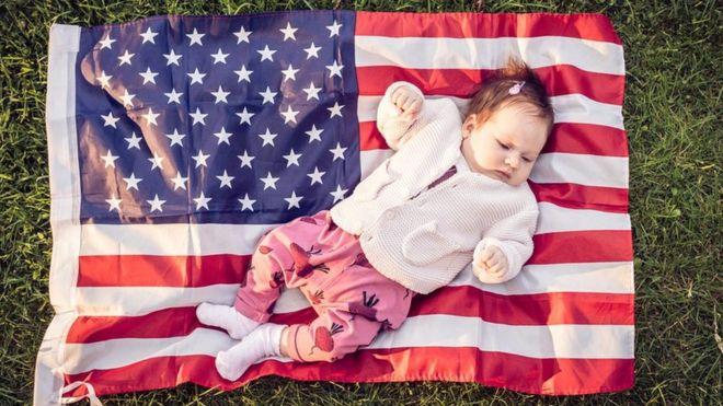Ребенок на фоне флага США